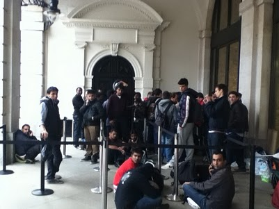 Iphone+4s+launch+day+line